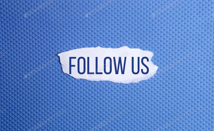 ein zerrissenes Papier mit Inschrift folgt uns auf blauem Hintergrund