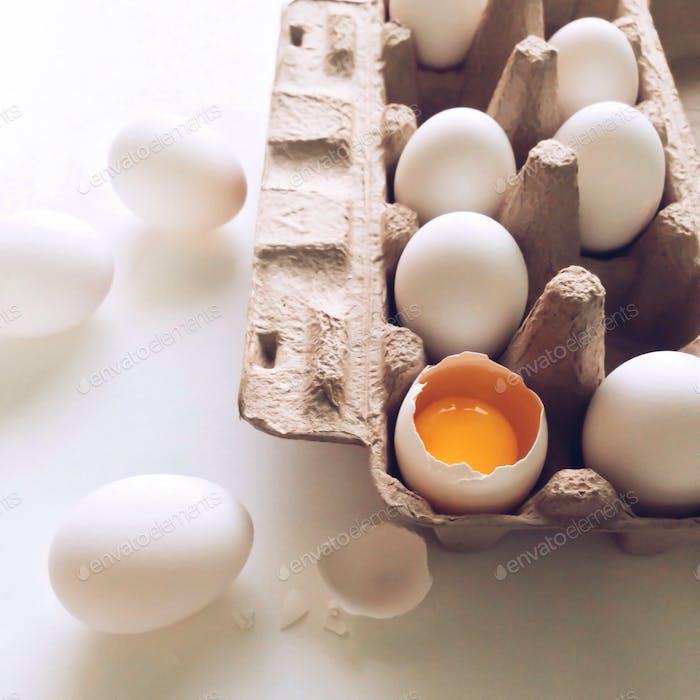 Frische weiße Bio-Eier