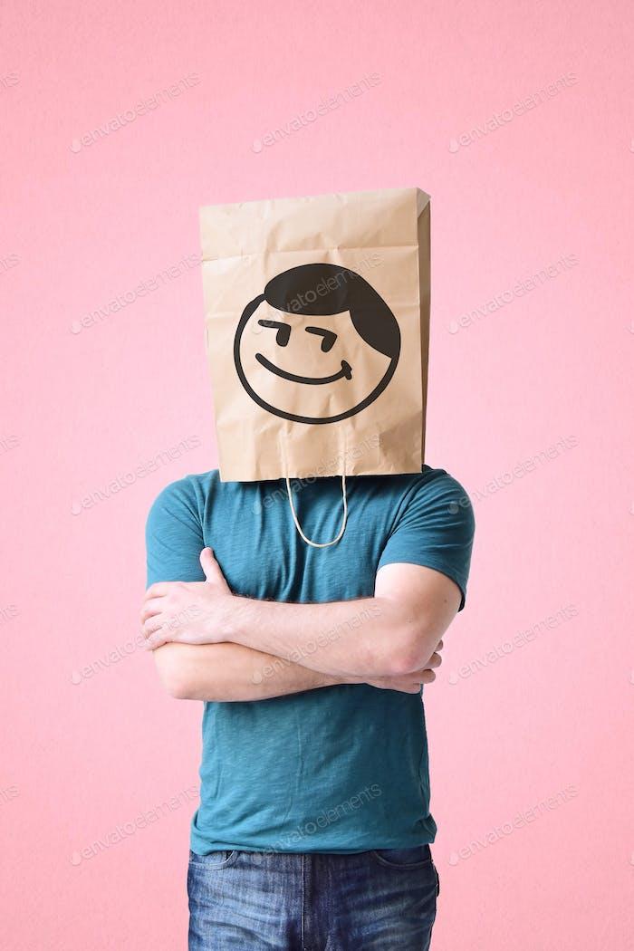 Hombre con una bolsa de papel