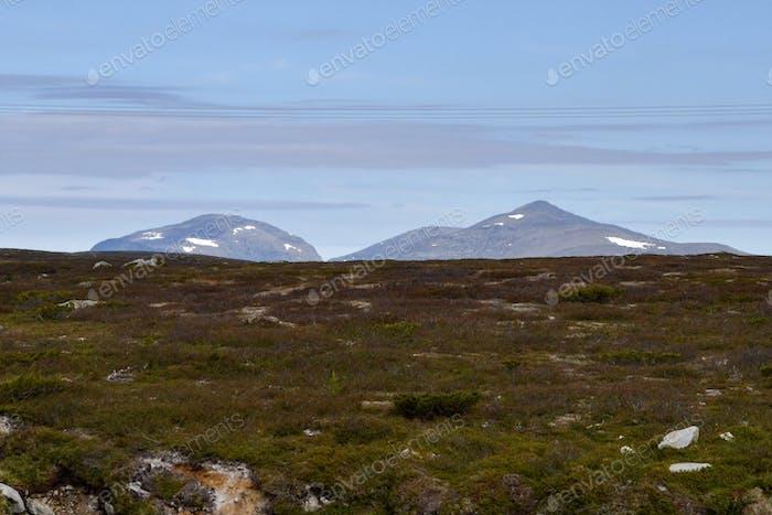 Tierra estéril y montañas