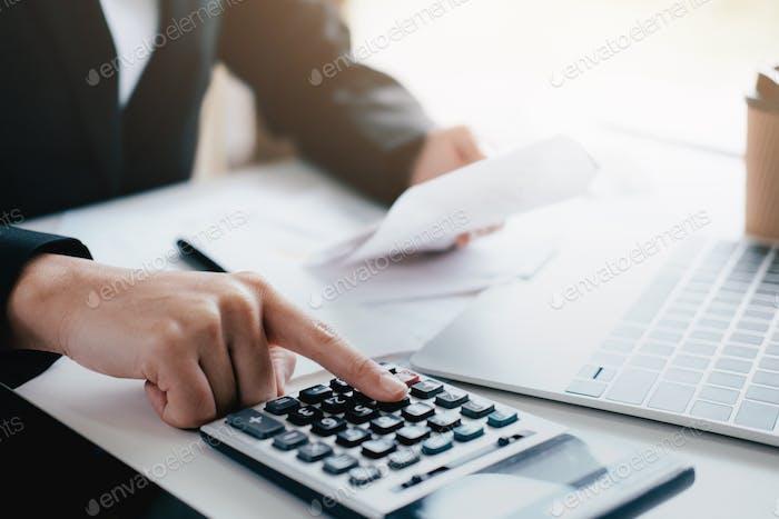 Contador calcular la factura en efectivo.