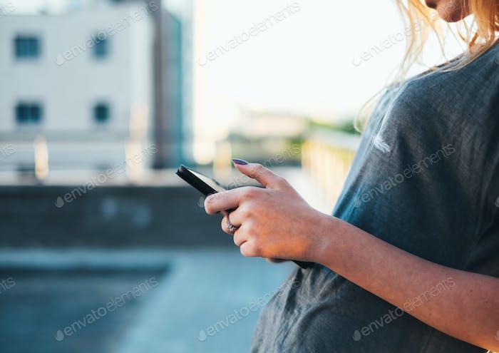 Frau mit Tablet auf der Straße