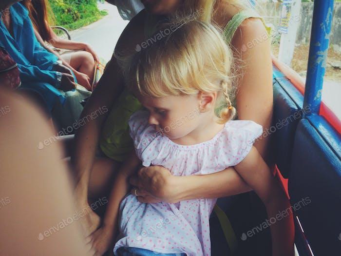 Маленькая девочка в автобусе