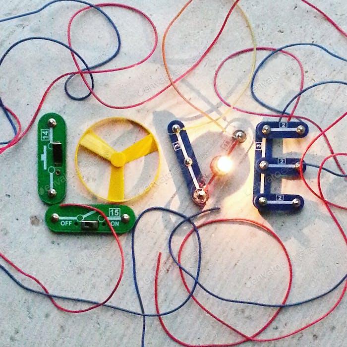 Liebe, kreativer Text mit elektrischem Draht und Lichtkugel