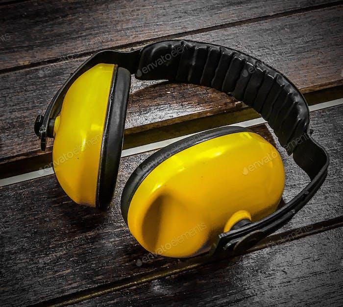 Bedecke deine Ohren mit Ohrenschützer am Schießstand