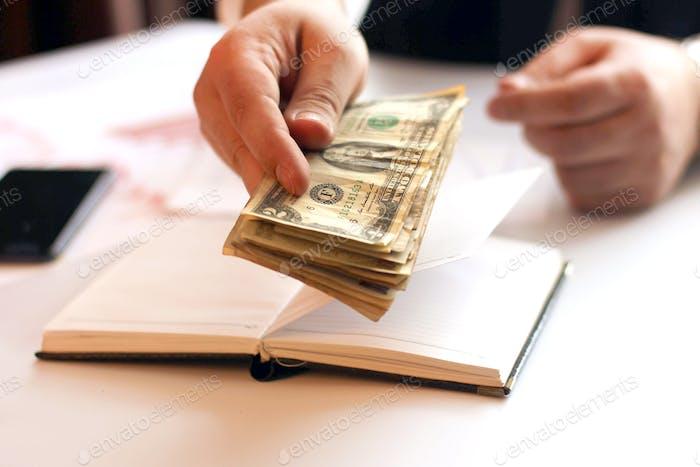 Manos de hombre de negocios con papel dinero. Oficina en casa. Contando el salario de los trabajadores