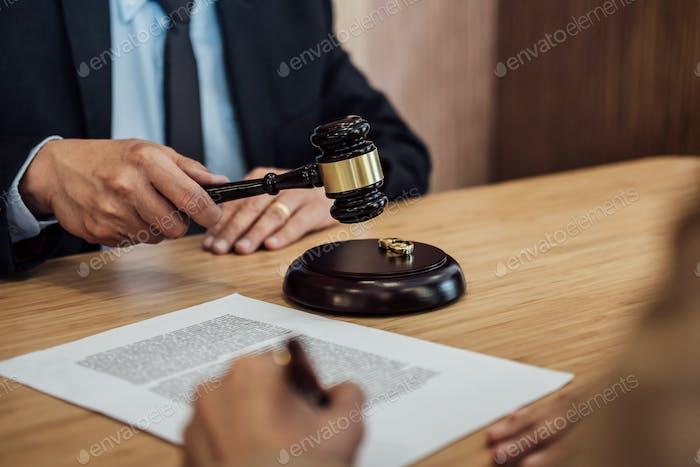 El divorcio del matrimonio en la decisión del juez martillo
