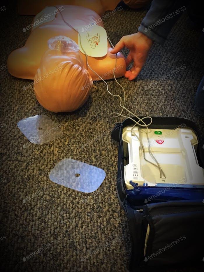 Lernen in einem Manikin AED