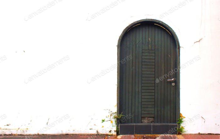 Die Tür durch den Hinterhof