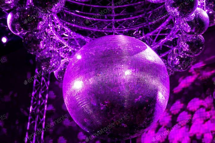 Große glänzende lila Discokugel.