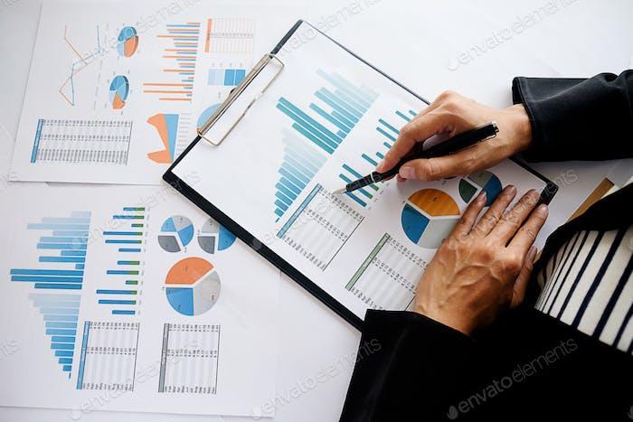 Администратор бизнес-человек финансовый инспектор и секретарь, составляющий отчет расчета баланса