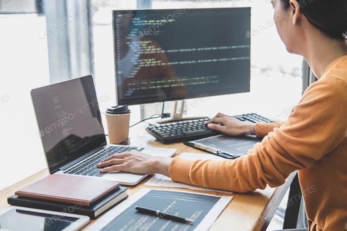 Programador que trabaja en el desarrollo de programación y sitio web trabajando en una empresa de desarrollo de software