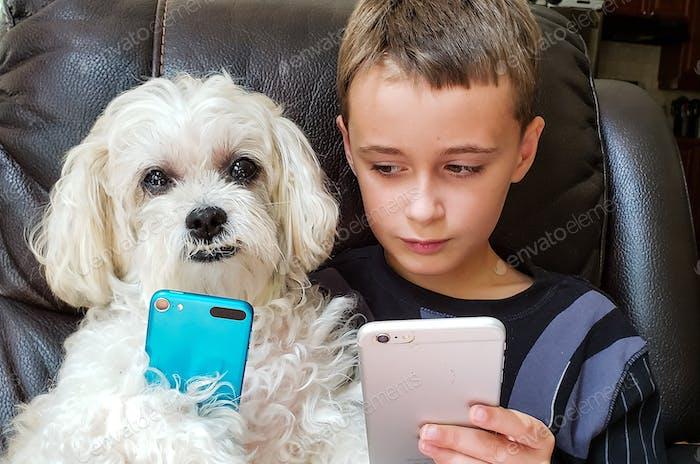 Kleiner Junge schleicht einen Blick auf seine besten Freunde Handy...