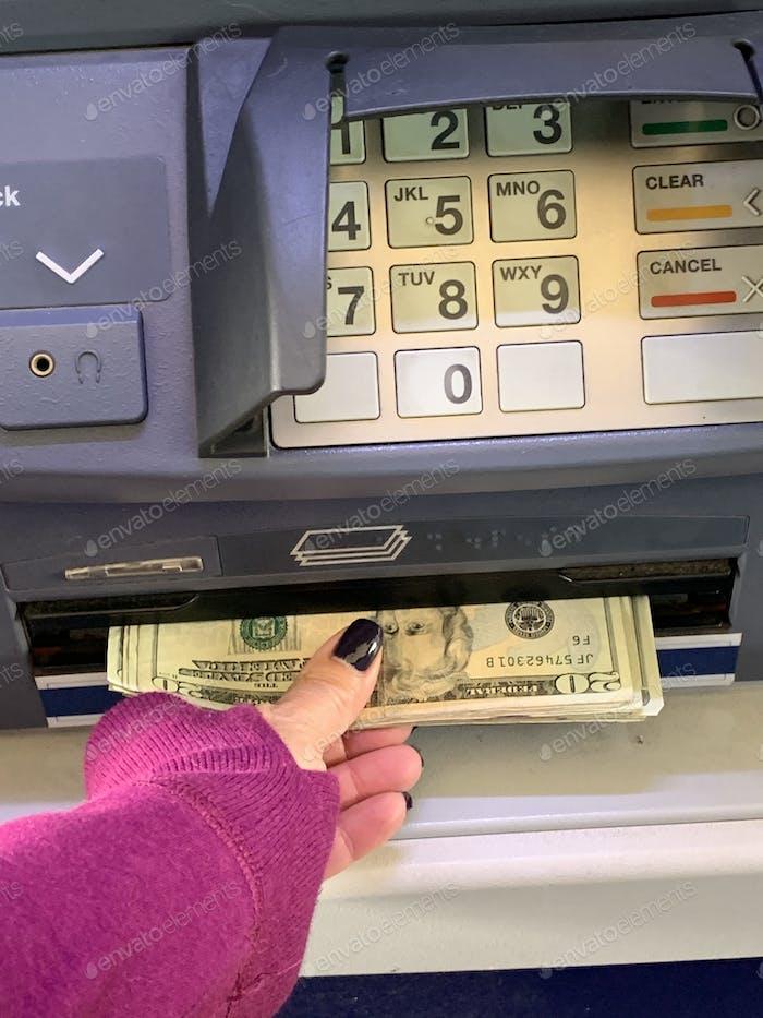 Bargeld vom Geldautomaten bekommen