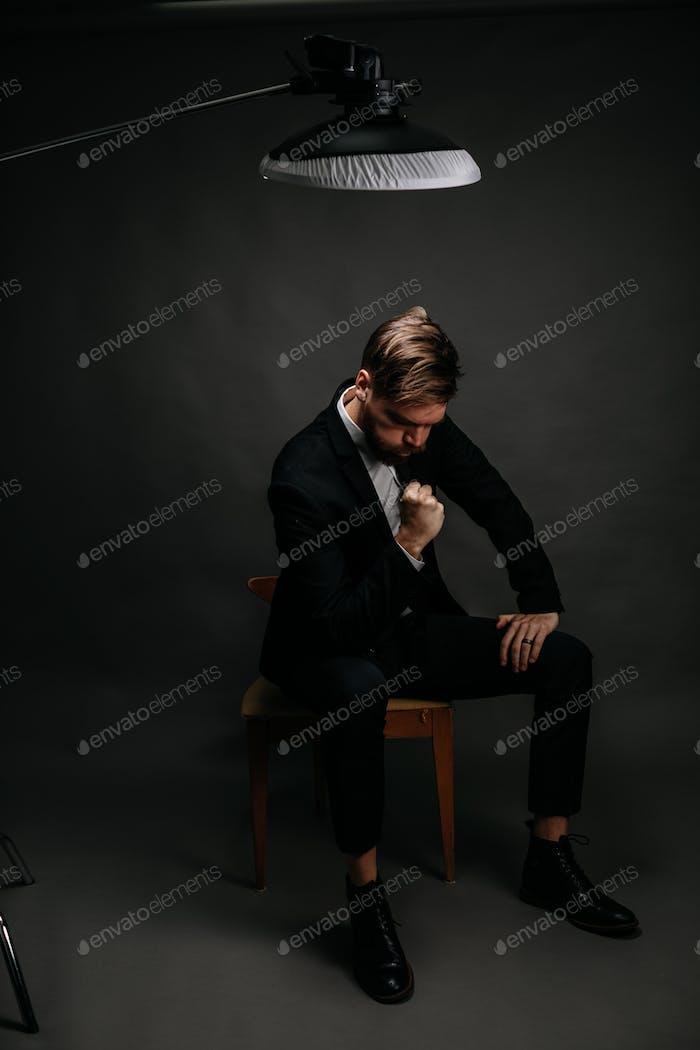 Porträt eines Mannes in einem Anzug, der beim Ausatmen vor Aufregung die Faust pumpt