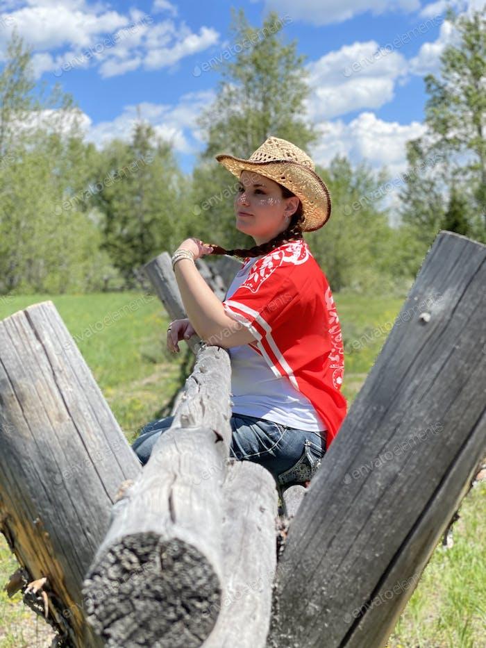 Profil junge Frau mit Cowboyhut in ruhiger Umgebung und sieht nachdenklich aus, nachdenkliche Stimmung.