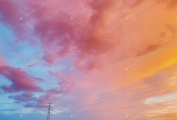 Pastellhimmchen mit elektrischen Leitungen