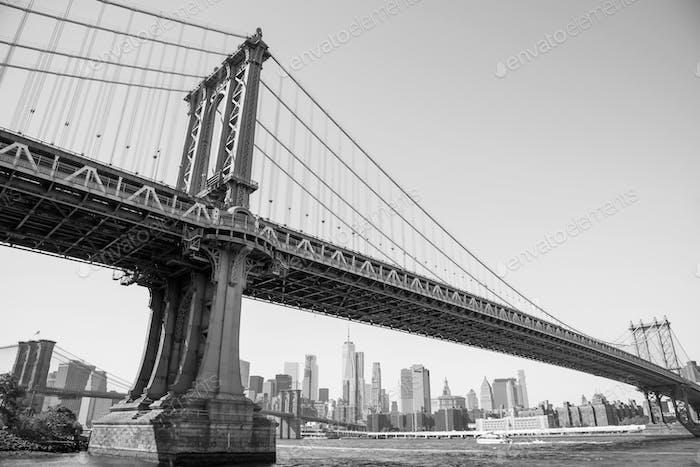 Puente de Manhattan sobre el horizonte de Manhattan en blanco y negro