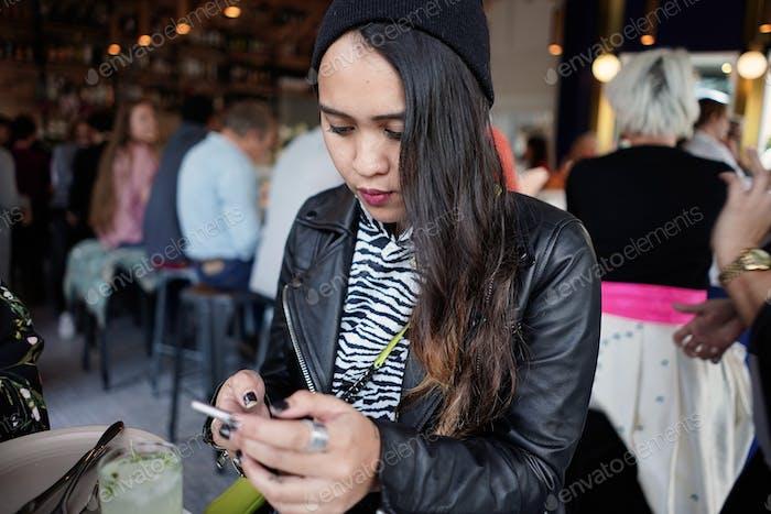 Junge Frau und Social Media Influencer Fotos grafiert ihre Getränke und Speisen mit ihrem Handy