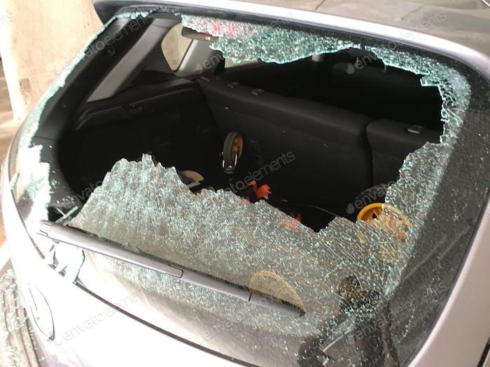 Ventana rota de un ladrón de autos.