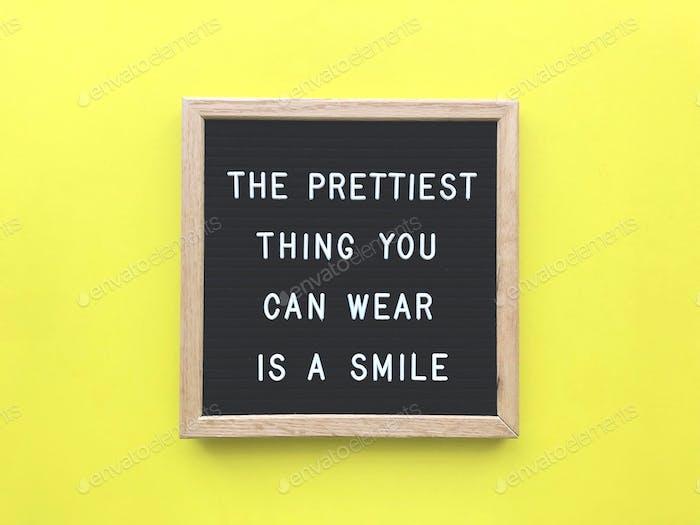 Das Schönste, was du tragen kannst, ist ein Lächeln. Schönheits. Schön. Innere Schönheit. Sei glücklich.