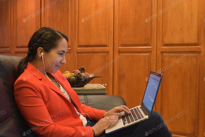 Молодой хорошо одетый профессионал, работающий на ноутбуке дома