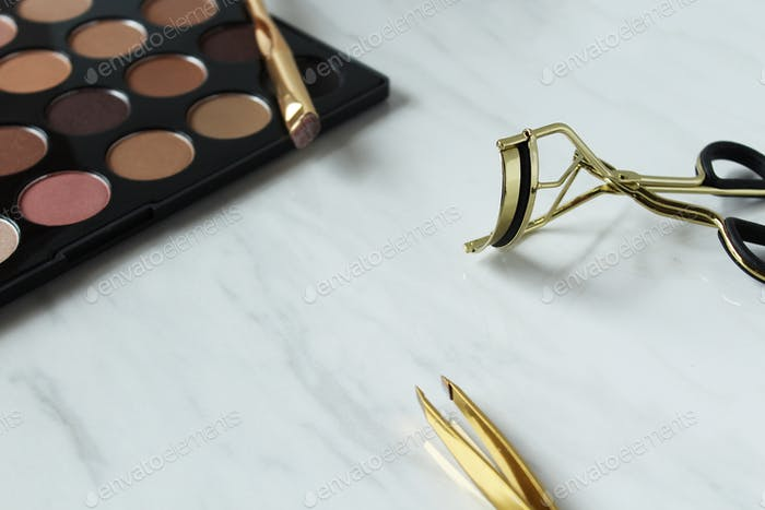 Eyeshadow palette with tweezer and eyelash curler