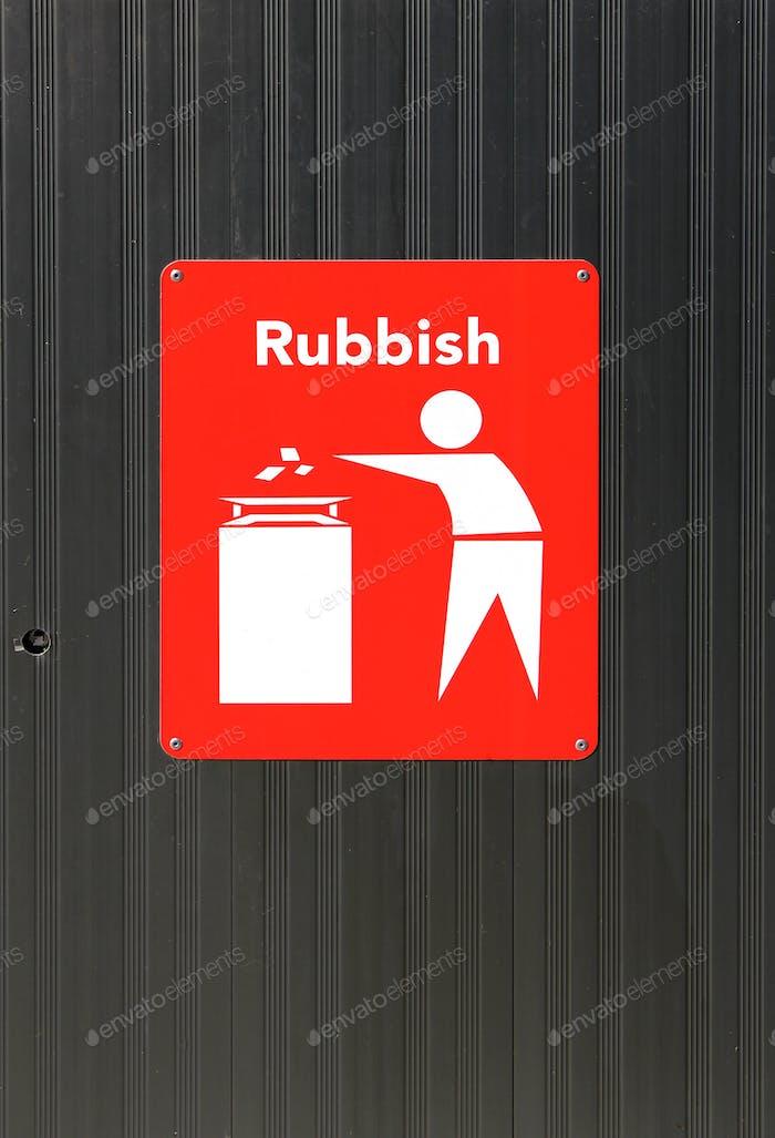 Müllschild auf einem Mülleimer