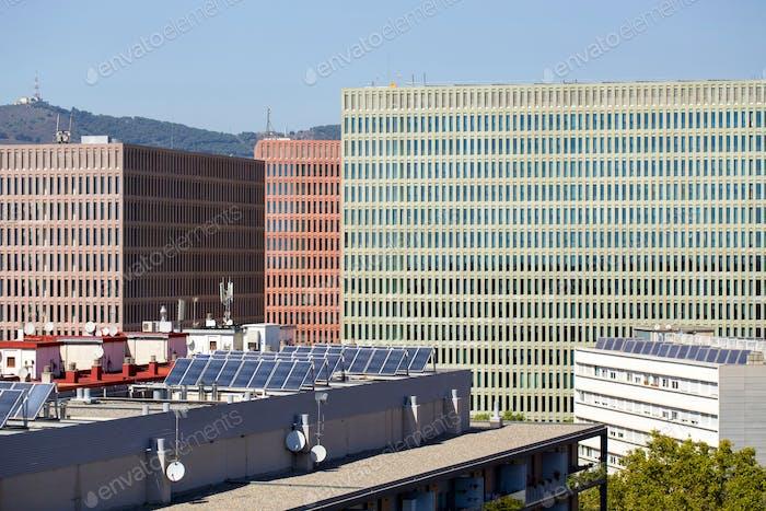 ✨ NOMINIERT ✨ Neue Wohngebäude in Spanien mit Sonnenkollektoren auf dem Dach zum Energiesparen