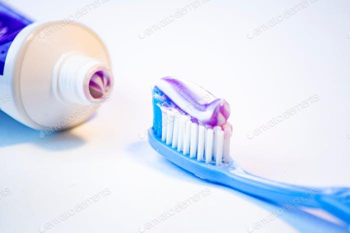 Zahnbürste zum Reinigen der Zähne mit Zahnpasta auf weißem Hintergrund
