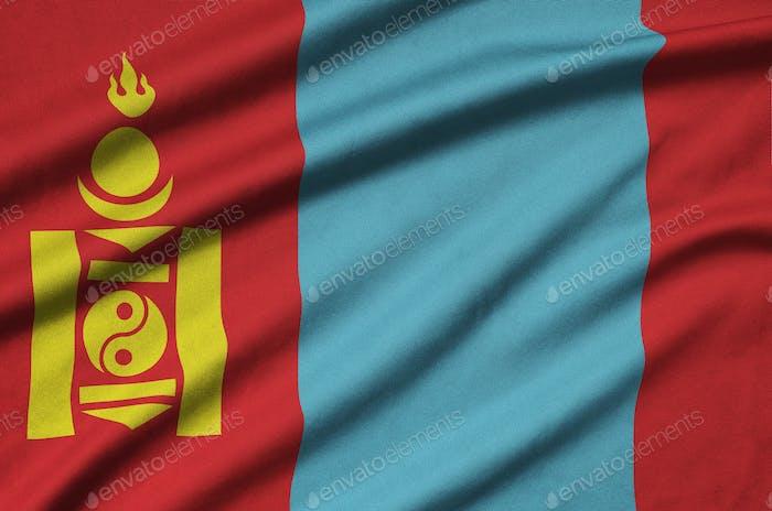 Mongolei Flagge ist auf einem Sporttuch Stoff mit vielen Falten dargestellt. Sportmannschaft winkt Banner