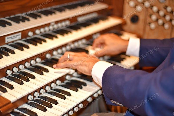 Musik Organist spielt Händels
