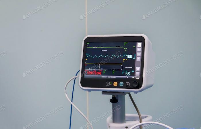 Gesundheitswesen und Medizin! Ein Krankenhaus konzentriert sich auf die EKG-Lesung (Elektrokardiogramm) aus einem neuen