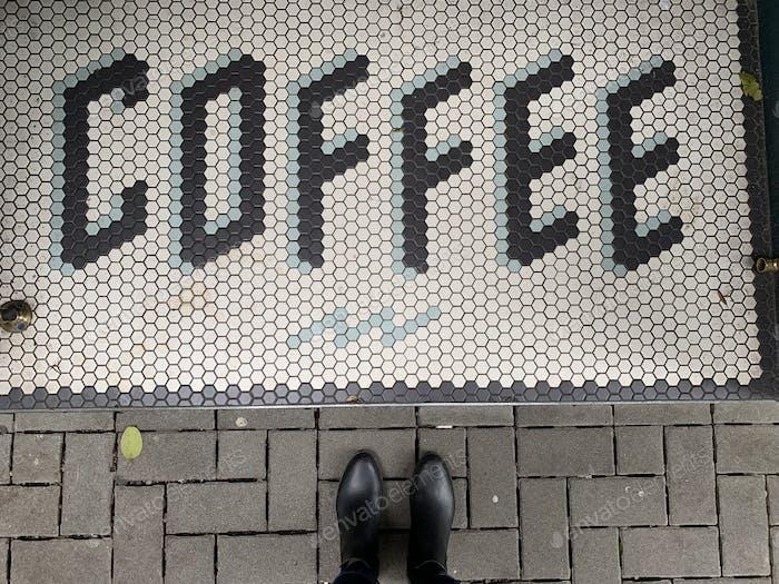 Kaffee-Schild auf dem Bürgersteig