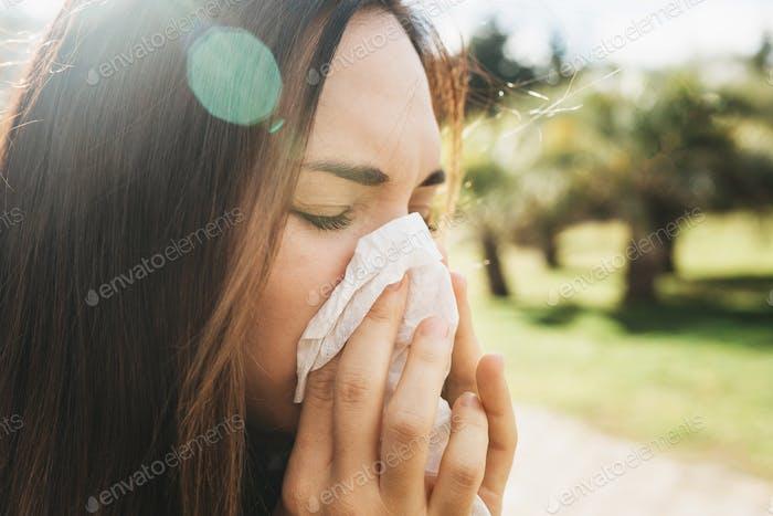 Das Mädchen bläst ihre Nase in ein Taschentuch, Nahaufnahme