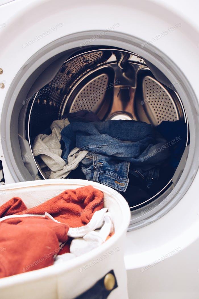 Día de lavandería. Lavadora y secadora, electrodomésticos