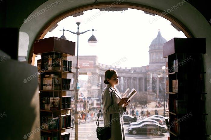Ein Buch lesen.