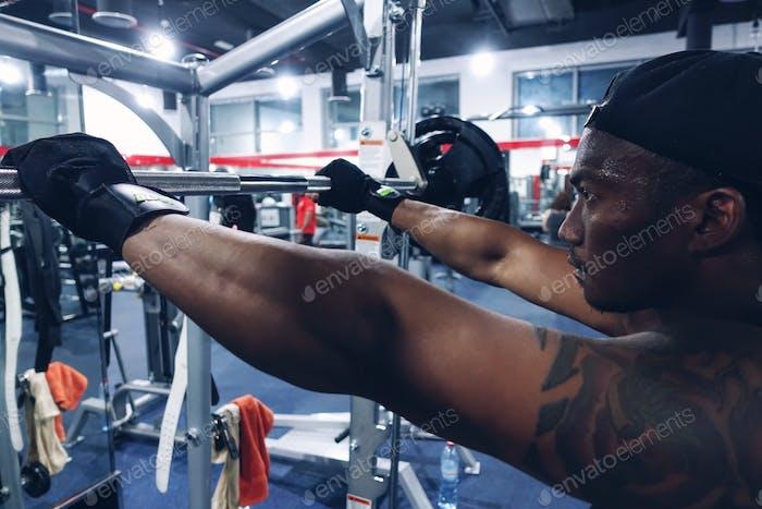 Mann ruht zwischen Fitness-sets