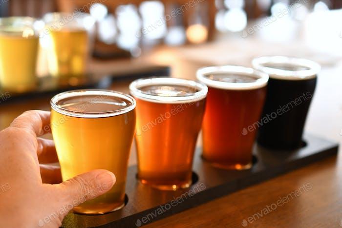 Probieren Sie Bier aus einem Flug von Craft Bierbrauen - Craft Beer, Brauerei, Bier genießen, Getränke mit Freunden