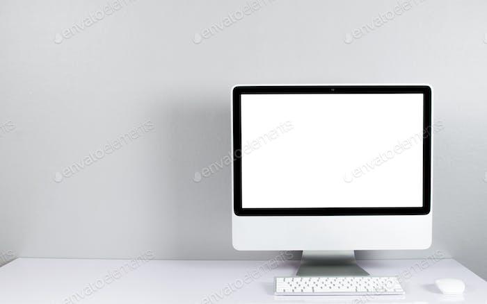 Monitor de ordenador aislado en pantalla blanca en escritorio estilo oficina