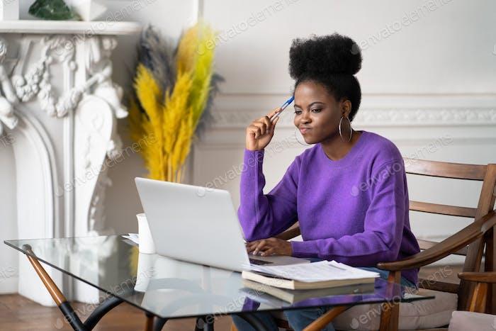Afro-amerikanische Millennial-Frau Mitarbeiterin arbeitet an Laptop mit operativen Software-Problemen