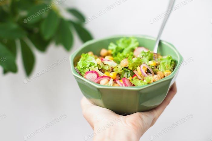 Sostener un tazón verde de ensalada, alimentación saludable, comida, comida, comida, mano, tazón vegetal, dieta basada en plantas