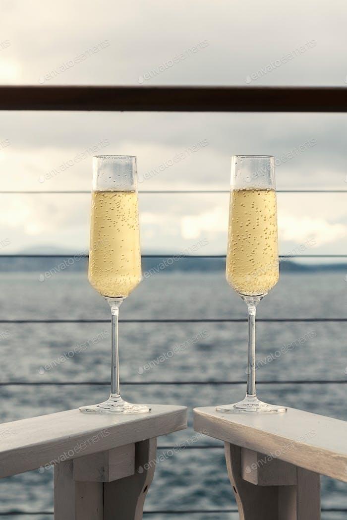 Champagner am Meer in Flöten-Stemware-Gläsern.