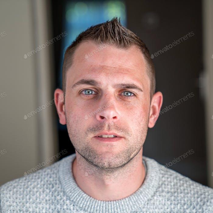 Porträt eines Mannes aus der Mitte der Dreißiger Jahre mit Gesichts-Stoppeln