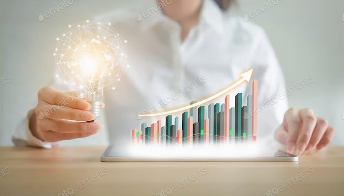 Geschäftsfrau halten Glühbirne mit innovativer und Kreativität sind Schlüssel zum Erfolg
