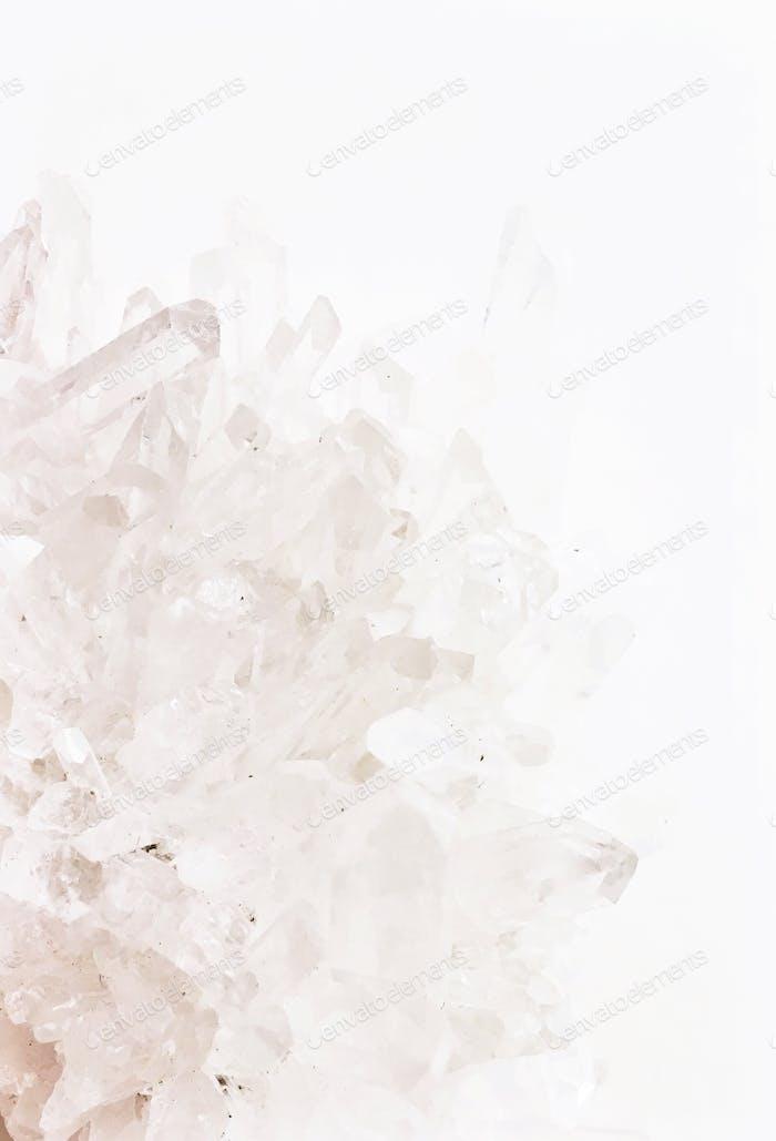 Leuchtendes Weiß auf weißer Textur Cluster von scharfen spitzen Quarzpunkten.