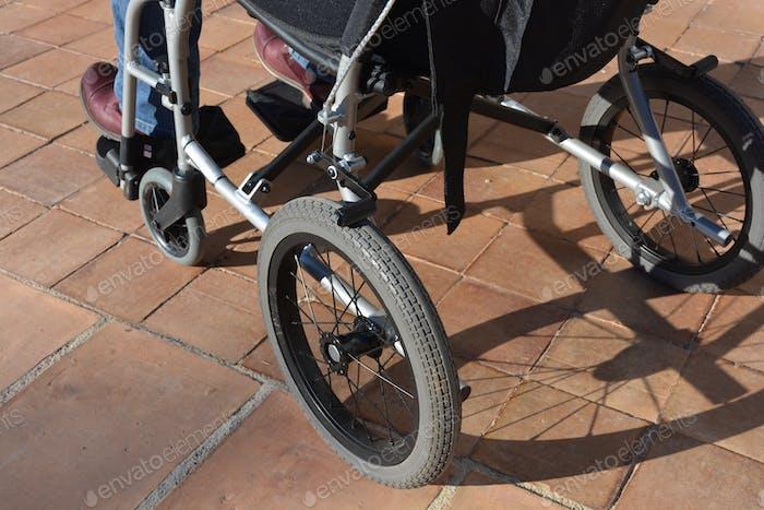 Behinderte im Rollstuhl, im Freien