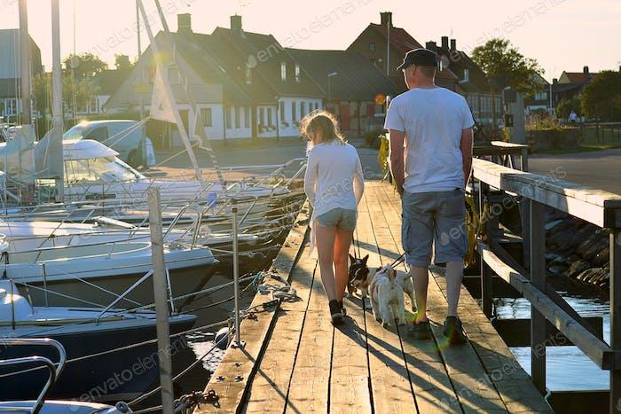 Familia buscando en barcos