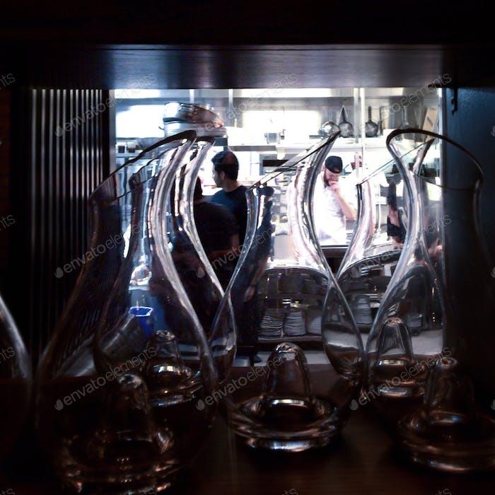 Koch und Mitarbeiter durch eine Brille.