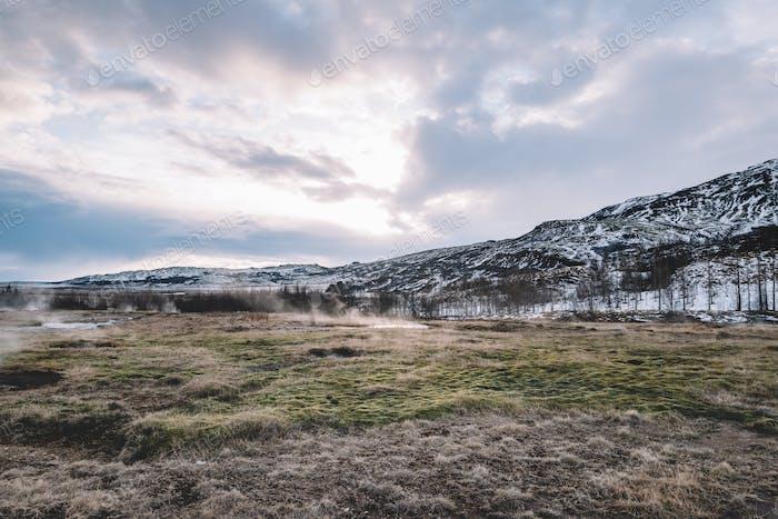 Tierra de hierba y montaña, naturaleza panorámica